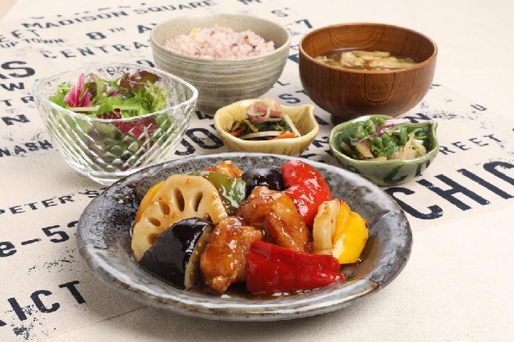 鶏と野菜の黒酢あん 990円
