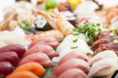 ◎ 回転寿司『 海鮮三崎港 』は、季節の新鮮なネタをお手軽な価格でご提供いたします。