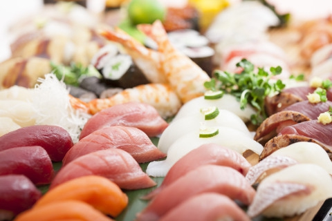 ◎ 季節ごとに厳選された旬の鮮魚をはじめ、新鮮な海の幸を、1皿110円(税別)よりご用意しております。